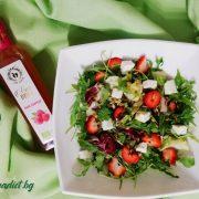 Зелена салата с ягоди и козе сирене